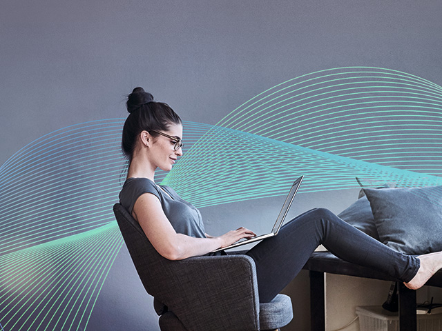 Eine Frau sitzt an ihrem Laptop. Thema: Chatbots im Callroom