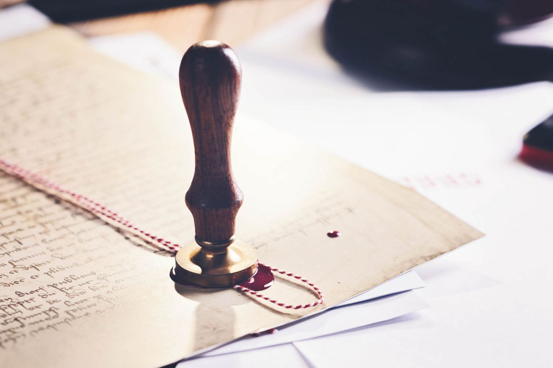 Ein altes Manuskript mit Siegel, Siegellack und Faden.