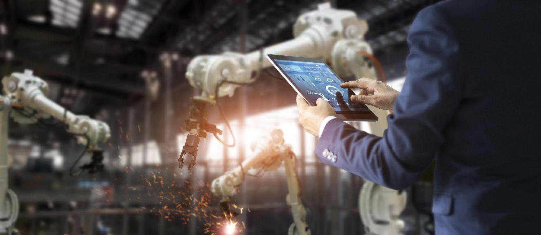 Ingenieur steuert Maschinen mit Tablet in der Hand